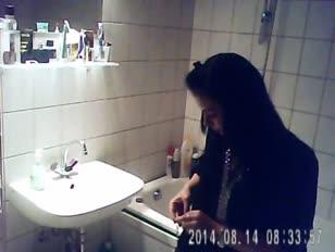 Pris nièce ayant une baignoire sur spycam - ispywithmyhiddencam.com