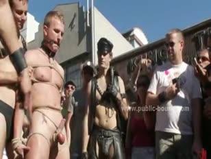 Rapports sexuels homosexuels sub abased en public et cloués dans un groupe rugueux pulvériser l'amour film