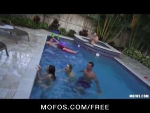Deux gfs osseux trempage gfs commencent rapports sexuels lors d'une fête piscine