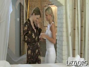 Shakira se fait beser par des exbienne