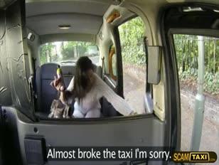 Ultra-mignon sasha donne au conducteur un bj pour le tarif de la cabine