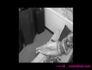 Une paire de paramours capturés par la caméra de sécurité