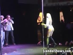 Damsel de platine blonde chaude en train de se déshabiller et de danser