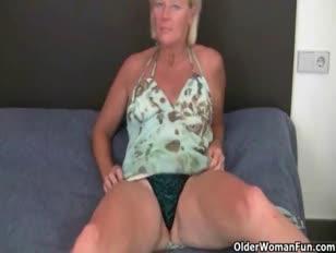 Mamie aime un faux-coq dans le cul