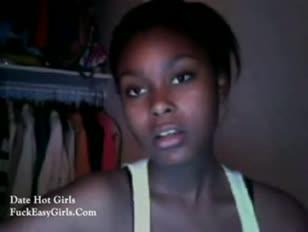 Dame d'ébène nasty taquiner sur webcam avec son mamelon mignon
