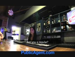 La barmaid super sexy de publicagent se ferme pour le sexe