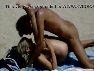 Casal trepando na praia 1